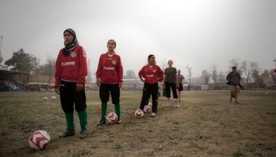 Exposición colectiva explora la pasión por el fútbol en distintos países del mundo