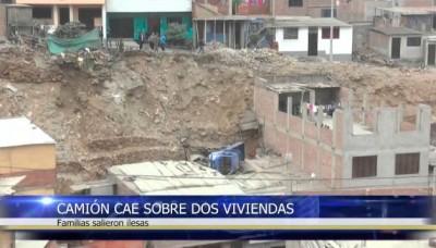 Un camión cae sobre dos viviendas, en Pamplona Alta, San Juan de Miraflores