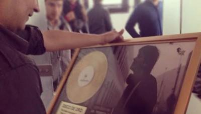 Lucho Quequezana recibió su segundo disco de oro
