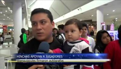 Jugadores de Alianza Lima firmaron autógrafos en una tienda deportiva