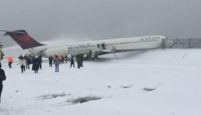 Un avion se sale de la pista en Nueva York con más de 300 pasajeros a bordo