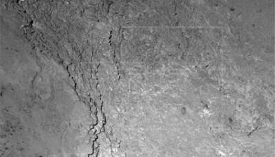 La nave espacial Rosetta toma una fotografía de su propia sombra sobre el cometa 67P