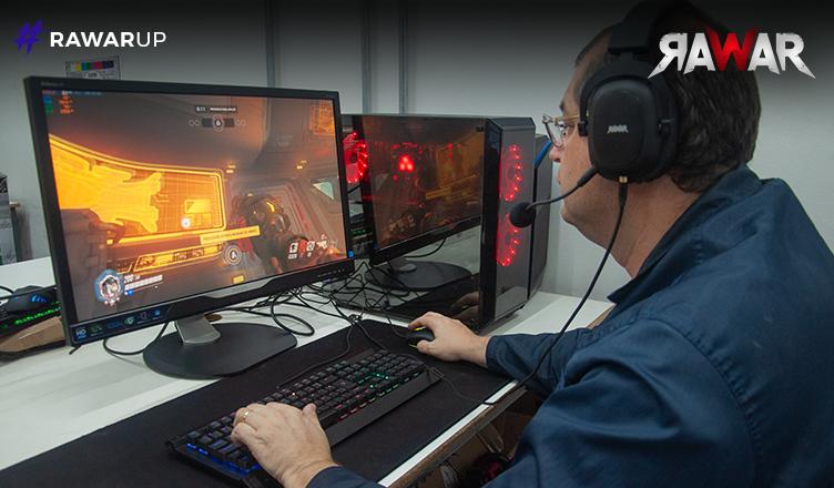 Marcio jogando Overwatch em uma verdadeira máquina de batalha.