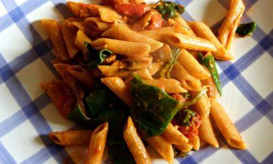 Receita de Penne Vegano com Tomate, Espinafre e Cogumelos