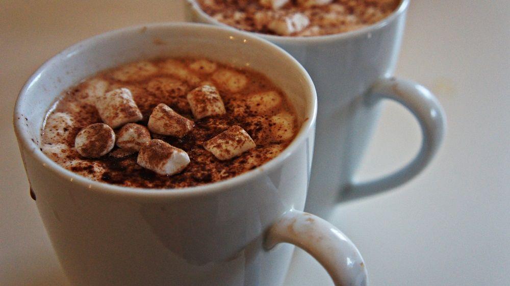 O clássico Chocolate Quente com Achocolatado e Marshmallow