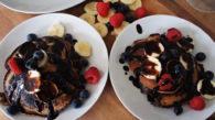 Panqueca e calda de chocolate com frutas frescas