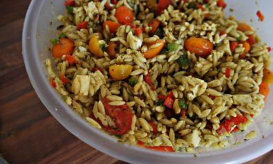 Receita de Salada de Massa com Pesto, Pimentão, Tomate e Mozarela