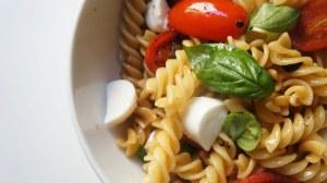 Salada de Fusili-com-Tomate-Cereja-Manjericão-e-Muzzarella