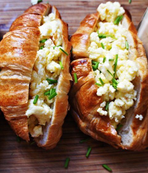 Receita de Croissant com Ovos Mexidos e Cheddar