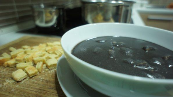 Sopa de Feijão com Massinha de queijo da Marina.