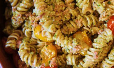 Receita de Massa Parafuso com Pesto, Atum e Tomate Assado