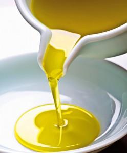 Exemplos de glicerídeos com ácidos graxos de cadeia insaturada (óleo) e saturada (manteiga)
