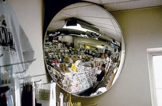 Exemplo de espelho convexo. A imagem de espelho convexo é sempre virtual, direita e menor