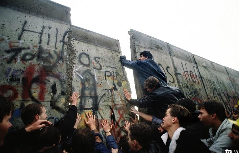 A população inflamada no desejo de reunificar a capital alemã derrubou o Muro de Berlim