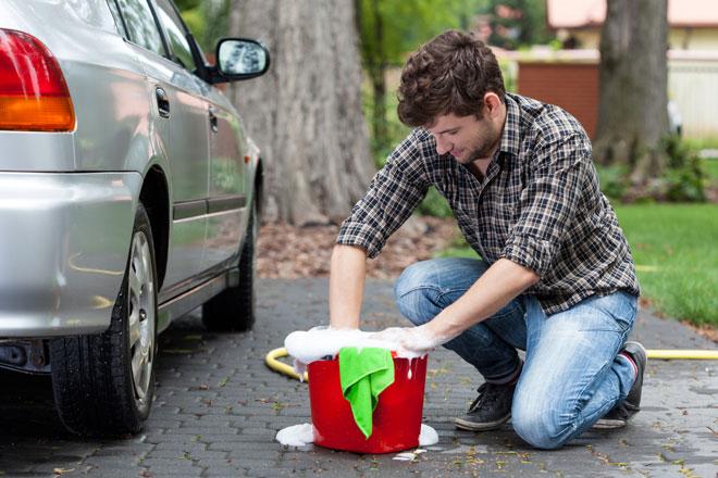 Lavagem de automóveis com baldes de água é uma forma eficaz de se evitar o desperdício.