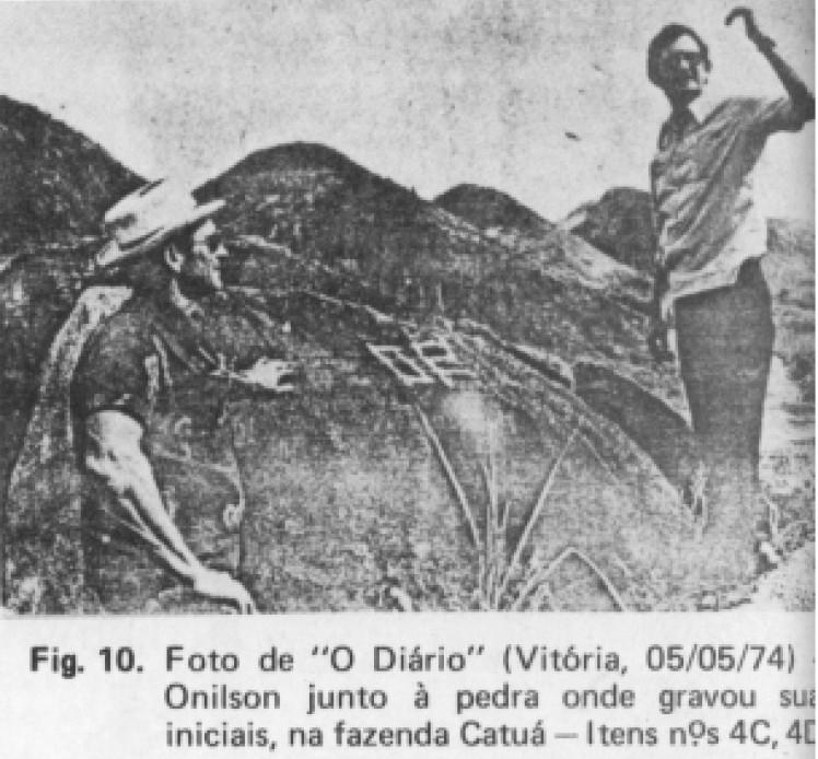 Onilson Pátero diante da rocha onde gravou as iniciais de seu nome