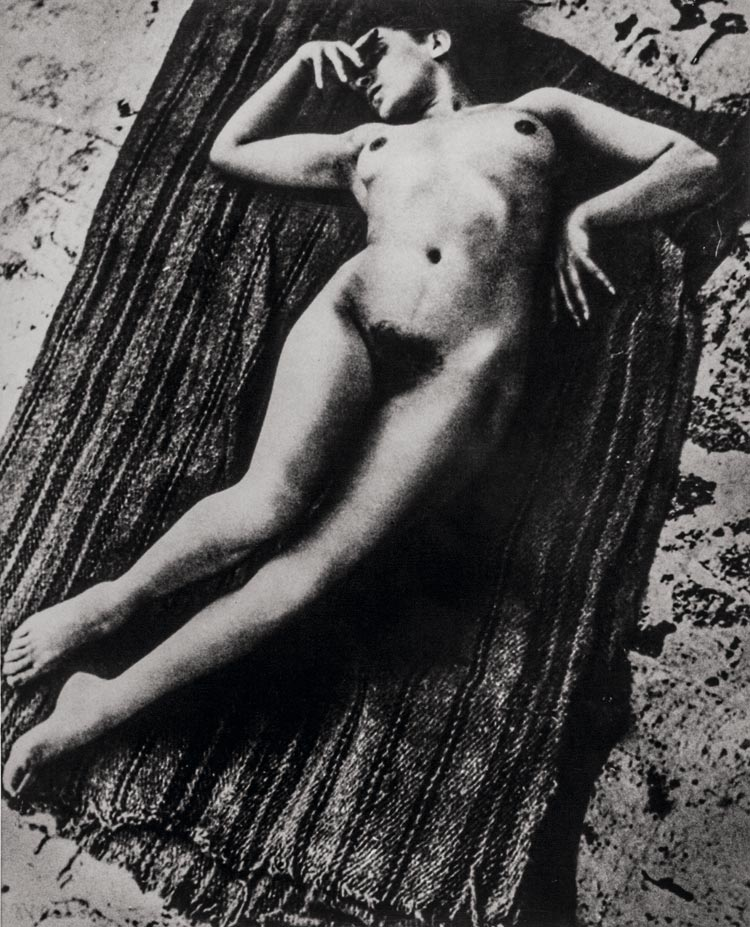 Edward Weston. Desnudo de Tina Modotti en la azotea, 1924.