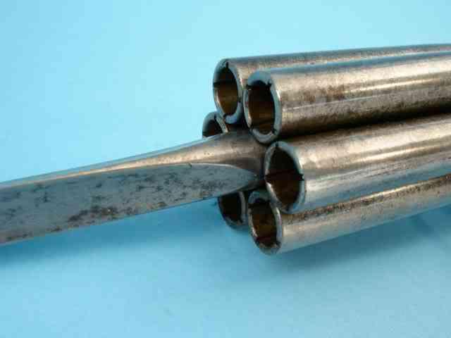 poivrierepoignardwbpromoli 06 As 15  Armas inacreditáveis do passado
