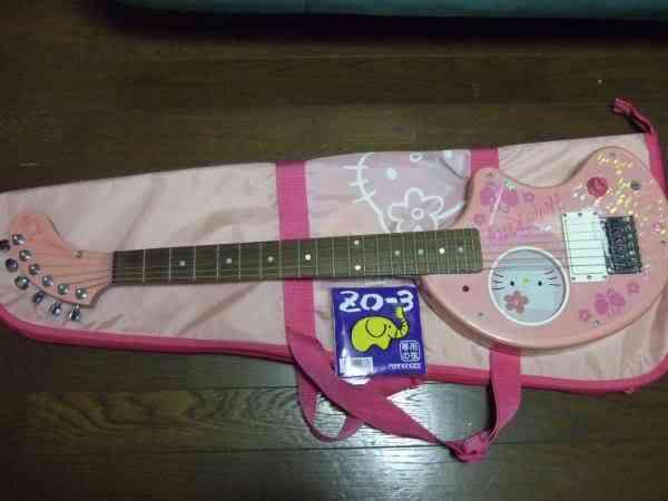 hello kitty guitar fernandes 2 Dez produtos bizarros da Hello Kitty