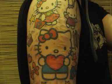 hello kitty tattoo heartthumbnail Dez produtos bizarros da Hello Kitty