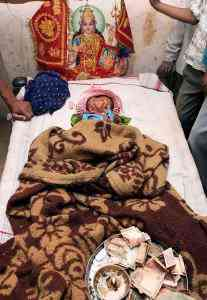 indianbabygod02 207x300 Bebê com duas caras vira atração na Índia