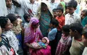 indianbabygod03 300x189 Bebê com duas caras vira atração na Índia