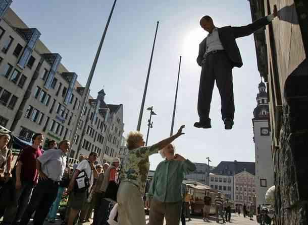 TarzanStandbein01 O homem que levita pelas ruas