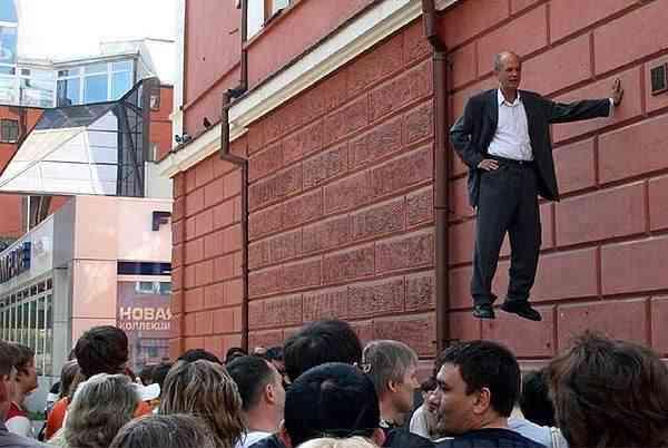TarzanStandbein06 O homem que levita pelas ruas