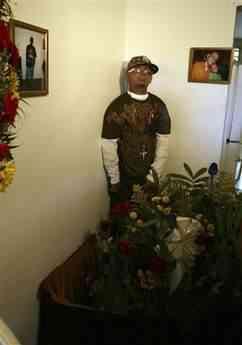 casju102zd6 Cadáver fica em pé por três dias na sala de casa