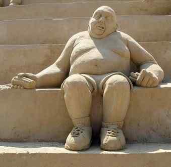 fat man sitting Incríveis esculturas de areia