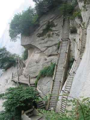 huashanstairway Eles vivem na beira do abismo