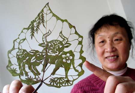 U138P200T1D206889F10DT2008122321522 Leaf carving   a arte de esculpir em folhas