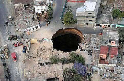 5 giant holes Mundo gigante   Um apanhado de coisas gigantes da web