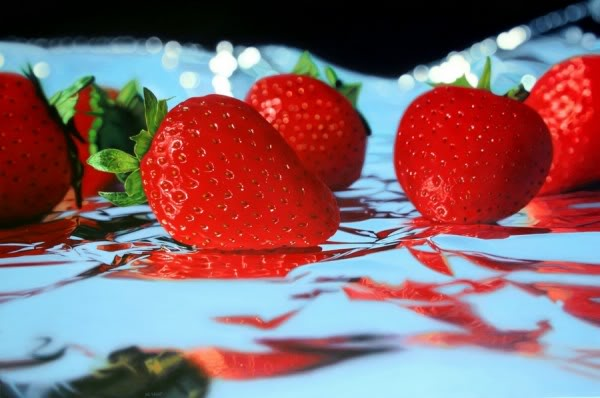 20100712 strawberries on foil by ja5on 600x398 Mais Pintores hiper realistas