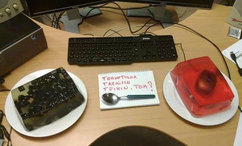 Everyone Should Do the Jelly Mouse and Keyboard Prank Office Pranks  eOSd 0 Pegadinhas de escritório