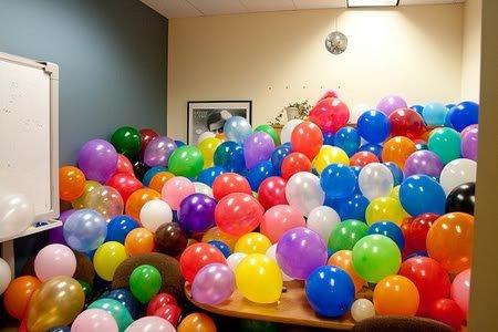 amusing office co worker prank filled with balloons lol Pegadinhas de escritório