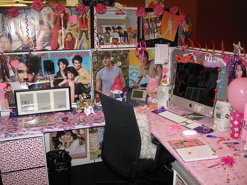 jonas brother hilarious funny office prank desk covered co worker Pegadinhas de escritório