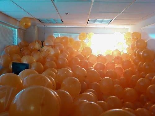 orange ballons office prank Pegadinhas de escritório