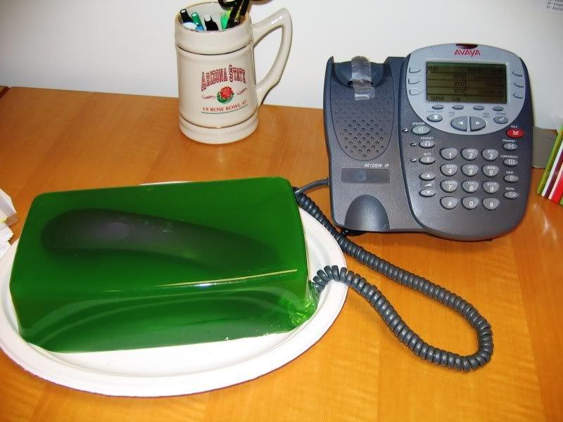 phone in green jello Pegadinhas de escritório