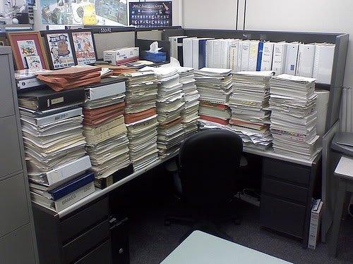 stacked paper office prank Pegadinhas de escritório