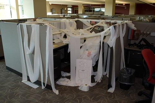 toilet paper office prank Pegadinhas de escritório