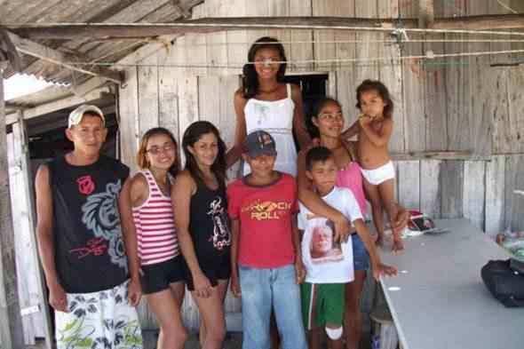 04 590x393giganta Conheça Elizane Cruz, que com 14 anos mede 2 metros e 6 centímetros