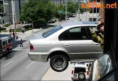 191235xcitefun the bizarre car accident 11 Foi por pouco   10 casos de veículos que pararam na beirada