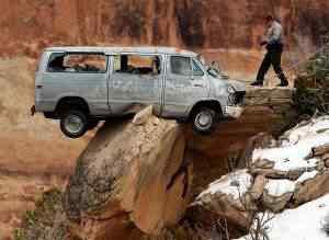 car cliff Foi por pouco   10 casos de veículos que pararam na beirada