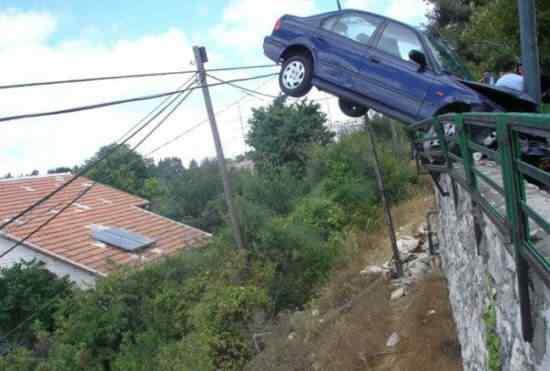 funny car accident 31 Foi por pouco   10 casos de veículos que pararam na beirada