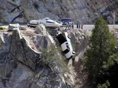 pick up falling off of cliff Foi por pouco   10 casos de veículos que pararam na beirada