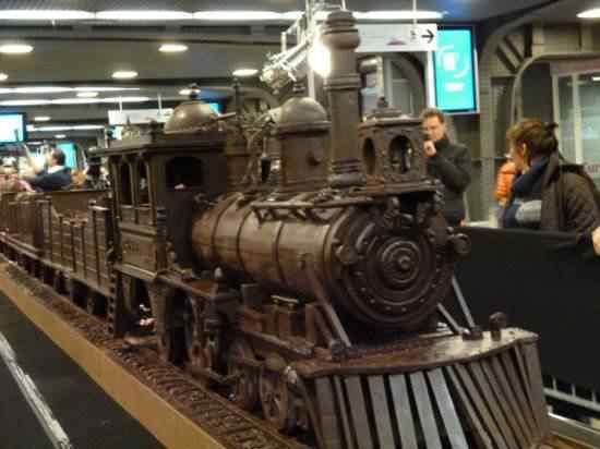 chocolate train 550x412 Artista expõe trem de chocolate na Bélgica