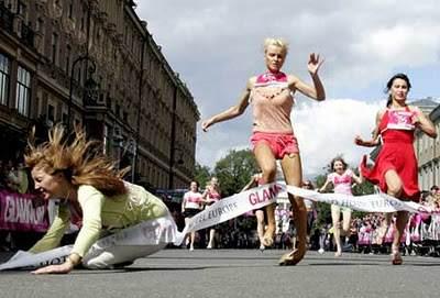 high heel race 1 O bizarro campeonato de masturbação na China e outros concursos bizarros