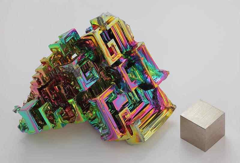 800px Wismut Kristall und 1cm3 Wuerfel Mais uma peça metálica supostamente extraterrestre é encontrada