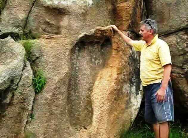 Giant Footprint Tellinger Africa 01 Pegadas estranhas